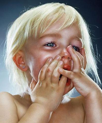 плачет и сосет фото